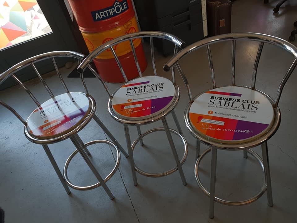 Personnalisation d'une chaise aux couleurs et avec logo d'une association