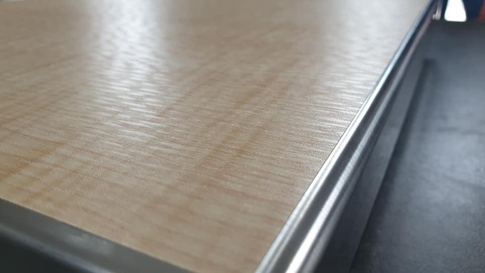 pose d'adhésif effet bois sur porte de réfrigérateur